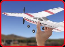 機体は58gと超軽量。前方にそっと投げての滑空が可能